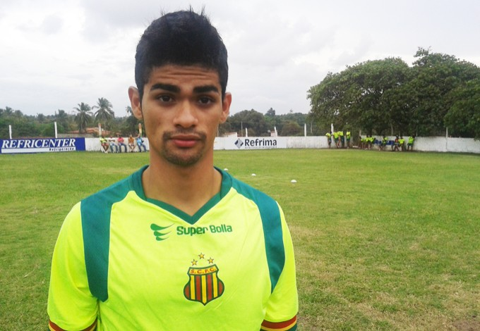 Volante Dênis quer buscar seu espaço no time tricolor (Foto: Afonso Diniz/GloboEsporte.com)