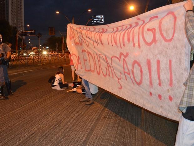 Faixas com dizeres contra Governo Alckmin durante ato de estudantes em Piracicaba (Foto: Claudia Assencio/G1)