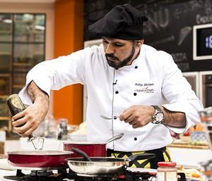 Minotauro cozinha em prova no 'Super Chef' (Foto: Ellen Soares/Gshow)