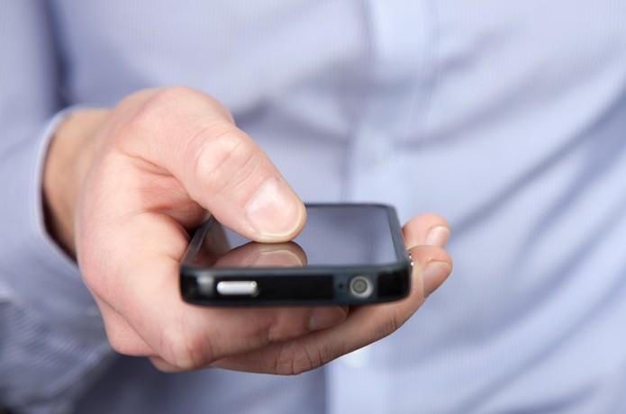 iPhone na mão (Foto: Pond5)
