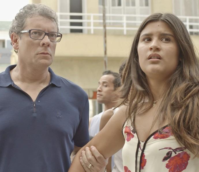 Miguel tenta levar Lívia embora à força da ocupação (Foto: Tv Globo)