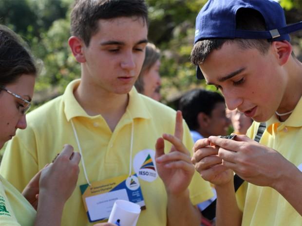 Para estudantes, rochas encontradas em Poços são lembranças do país (Foto: Jéssica Balbino/ G1)