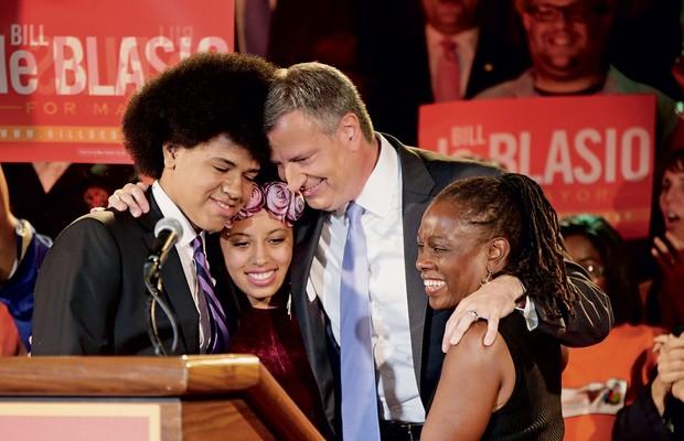À FLOR DA PELE De Blasio, com a mulher e os filhos, ao vencer as prévias democratas.  A família  mestiça o ajudou na disputa (Foto: Kathy Willens/AP)