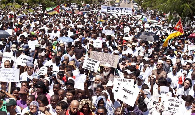 Moçambicanos fazem passeata pela paz nesta quinta-feira (31) em Maputo (Foto: Reuters)