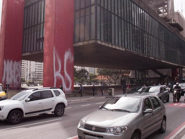 Vigas do Museu de Arte de São Paulo, o Masp, na Avenida Paulista, amanhecem com pichações nesta terça-feira (8). (Foto: Fábio Tito/G1)