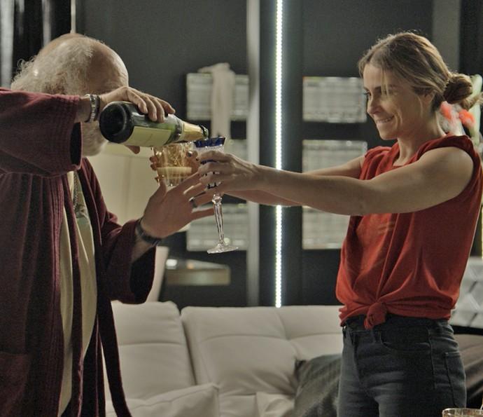 Atena faz a festa com Ascânio  (Foto: TV Globo)