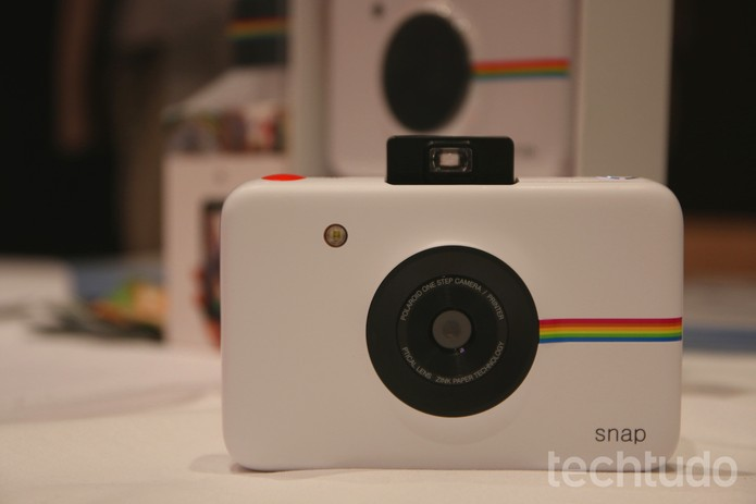 Câmera Snap, da Polaroid, imprime fotos na hora sem usar tinta (Foto: Laura Martins/TechTudo)