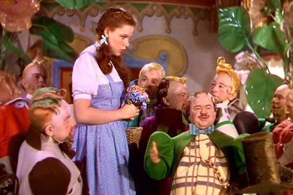 Judy Garland em cena de 'O Mágico de Oz' com seus colegas que interpretaram os munchkins' (Foto: Divulgação)