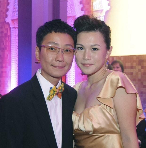 No mês passado, o bilionário de Hong Kong Cecil Chao Sze-tsung divulgou uma oferta de cerca de US$ 65 milhões para o homem que se casasse com sua filha lésbica. O magnata fez a oferta depois de notícias de que sua filha Gigi Chao (à direita), de 33 anos, teria se casado com sua namorada há sete anos, Sean Eav, na França. (Foto: AP)
