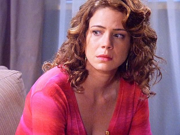 Cristina conta a Cora que José Alfredo vai fazer o exame de DNA (Foto: Tv Globo)