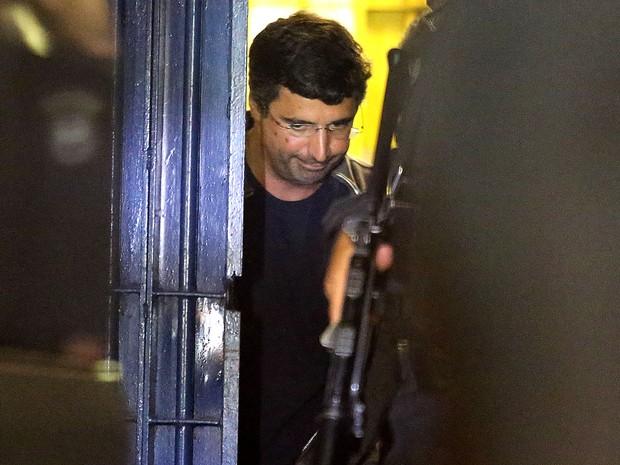 O banqueiro André Esteves, do BTG Pactual, é transferido da Superintendência da Polícia Federal para o presídio Bangu 8, no Rio de Janeiro, na noite desta quinta-feira (26). (Foto: Fábio Motta/Estadão Conteúdo)