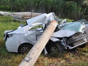 Garoto bate carro em poste e namorada morre esmagada em MS (Foto: Adriel Mattos/G1 MS)