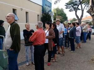 Moradores fazem fila em UBS de Piracicaba no dia da retomada da vacinação (Foto: Edijan Del Santo/EPTV)