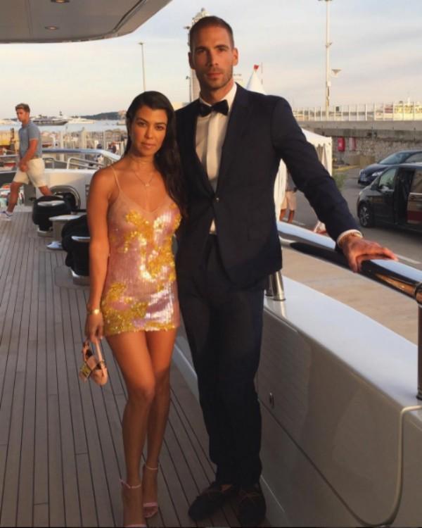 Kourtney Kardashian e o  amigo Simon Huck posam para foto em Cannes (Foto: Reprodução/Instagram)