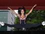 Aline Riscado mostra elasticidade e ótima forma durante evento