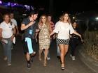 Daniela Mercury chega a circuito de mãos dadas com a mulher