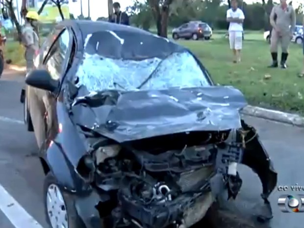 Carro ficou destruído ao bater contra cavalo em avenida de Goiânia, Goiás (Foto: Reprodução/ TV Anhanguera)