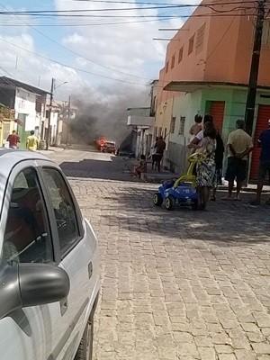 Em Natal, carro foi incendiado por adolescentes no bairro das Quintas, na Zona Oeste.  (Foto: PM/Divulgação)