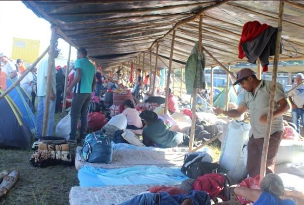 Acampamento do MST em Curitiba em apoio ao depoimento do ex-presidente Lula (Foto: Reprodução Twitter MST Oficial/@MST_Oficial )