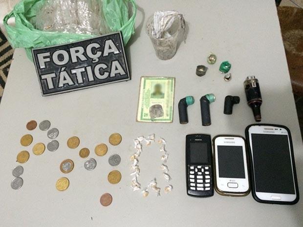 Polícia apreendeu drogas e dinheiro fracionado no local (Foto: Divulgação/Polícia Militar do RN)