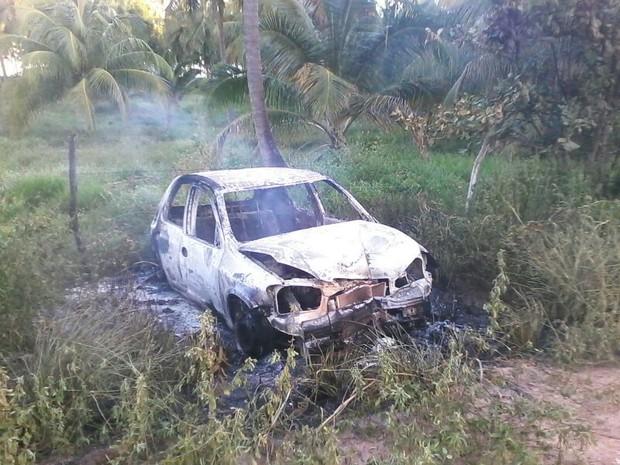 Carro bateu em poste e pegou fogo. (Foto: Waldson Costa/G1)