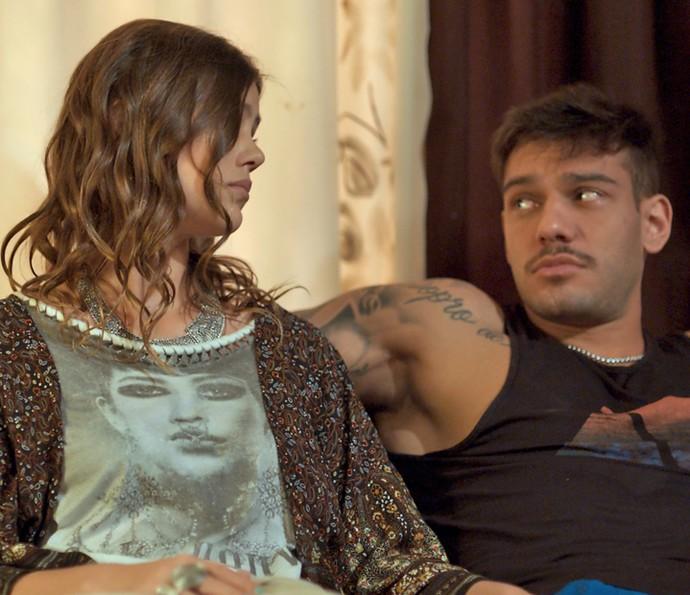 Alina e Uodson querem sair da casa de dona Vanda (Foto: TV Globo)