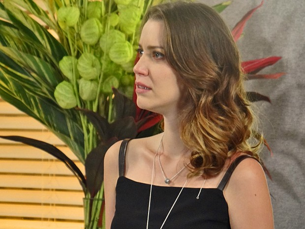 Laura fica arrasada quando Úrsula revela que a rejeitava (Foto: Gabriela Duarte / Gshow)