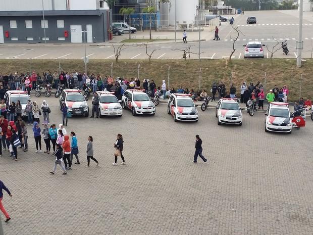 Funcionários da empresa Foxconn continuam em greve nesta quarta-feira (Foto: Sandro Zeppi/TV TEM)