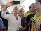 Xuxa é cercada por fãs em zona eleitoral no Rio