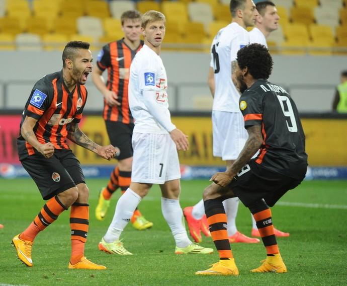 Dentinho e Luiz Adriano comemoram gol do Shakhtar (Foto: Divulgação/Site oficial do Shakhtar Donetsk)