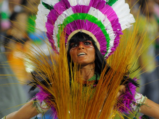Fantasiada de índia, mangueirense exibe toda a sua beleza durante o desfile da escola neste segundo e último dia do Grupo Especial do carnaval carioca (Foto: Alexandre Durão/G1)