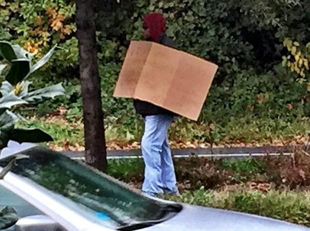 Policial se passou por sem-teto para flagra motoristas que estavam usando seus celulares enquanto dirigiam (Foto: Reprodução/Twitter/WTOP)