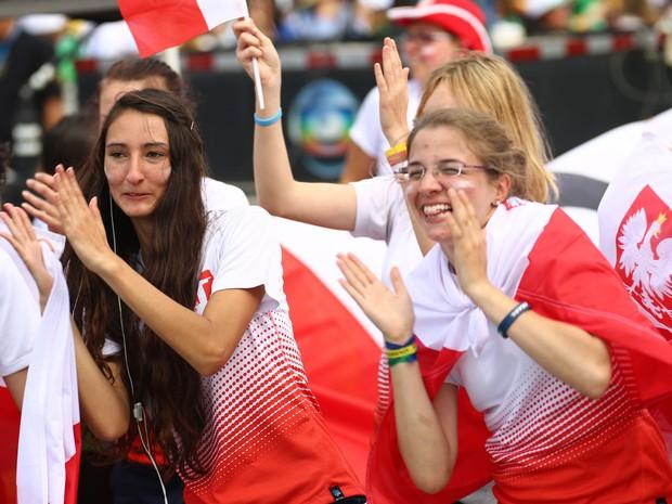 Polonesas fazem festa em Copacabana (Foto: Rodrigo Gorosito/G1)