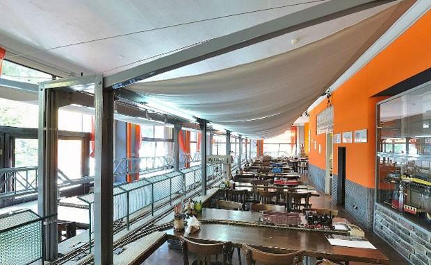 Restaurante Vytopna de Praga conta com uma ferrovia em miniatura. (Foto: Reprodução/praha.vytopna.cz)