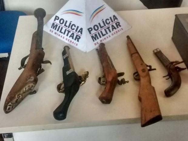 Armas estavam expostas com preços de R$ 300  e R$ 700. (Foto: Polícia Militar/Divulgação)
