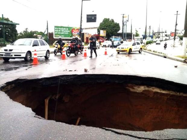 Cratera foi aberta na avenida João Medeiros Filho, próximo ao viaduto de Igapó (Foto: Leonardo Melo/G1)