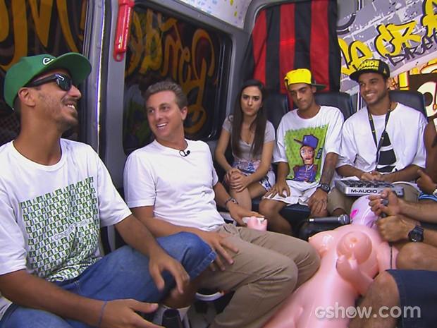 Luciano Huck e Tatá Werneck vão de carona ao Projac com Cone Crew (Foto: Caldeirão do Huck/TV Globo)