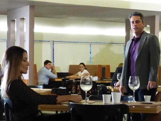 Stenio encontra, sem querer, a ex em bar (Foto: Salve Jorge/ TV Globo)