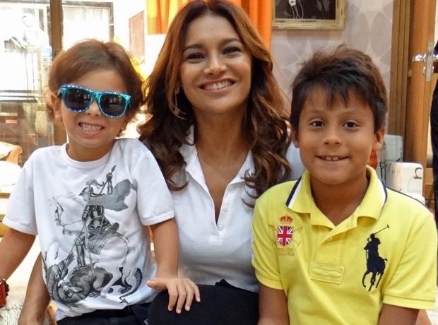 Inácio, a mamãe Dira Paes e Lucas Paes, sobrinho da atriz  (Foto: Salve Jorge/TV Globo)