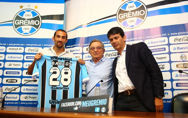 Barcos foi apresentado pelo presidente Fábio Koff (E) e diretor Rui Costa (Foto: Lucas Uebel/Grêmio FBPA)