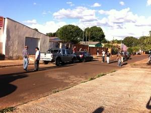 Polícia no local em que o corpo de Erlon Bernal foi encontrado (Foto: Gabriela Pavão/ G1 MS)