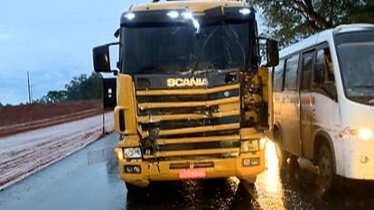 Acidente entre caminhões deixa trânsito lento na SP-425