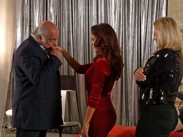 Garcez convida Rosângela para jantar (Foto: Salve Jorge/TV Globo)