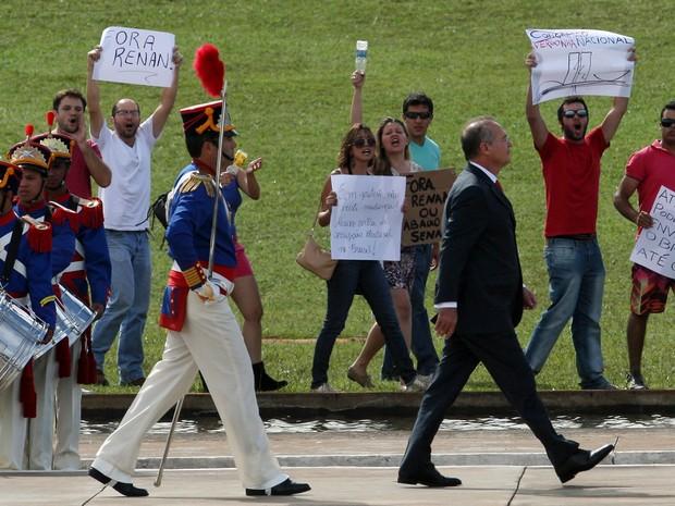 Populares protestam durante passagem do presidente do Senado, Renan Calheiros, em revista a tropa momentos antes da abertura oficial   dos trabalhos no Congresso Nacional, em Brasília, nesta segunda-feira (4). (Foto:  Beto Barata/Estadão Conteúdo)