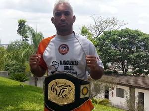 Lutador Pow com cinturão do WGP Divinópolis (Foto: Jéssica Lopes)