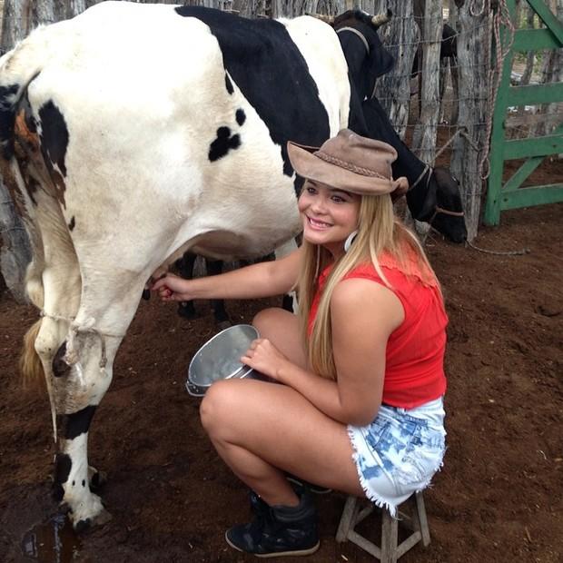 Geisy Arruda tirando leite da vaca (Foto: Reprodução/Instagram)