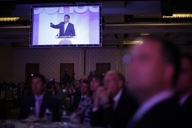 Público assiste à fala de Romney na Câmara do Comércio Hispânico, em Los Angeles, nesta segunda (17) (Foto: Jim Young / Reuters)