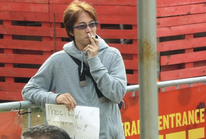 Chilenos improvisam para coprar ingresso (Foto: Janir Júnior)