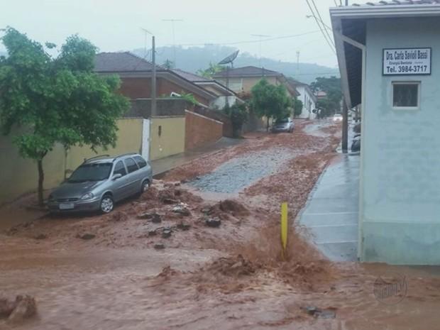 Rua ficou cheia de lama em São Simão, SP (Foto: Reprodução/EPTV)