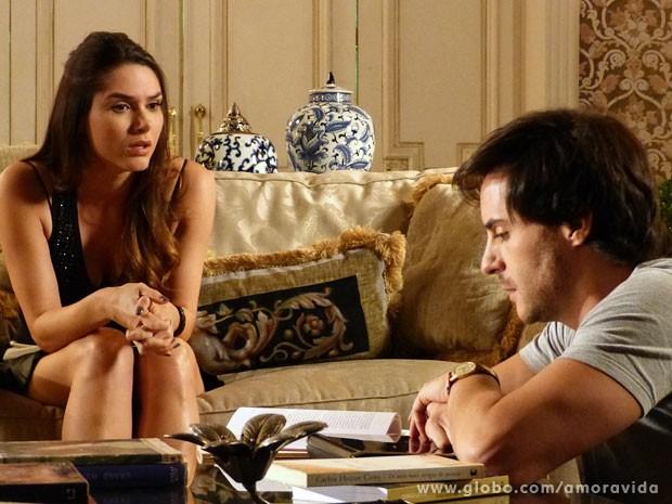 Thales diz estar vendo Nicole naquele momento, na escada do casarão (Foto: Amor à Vida/ TV Globo)